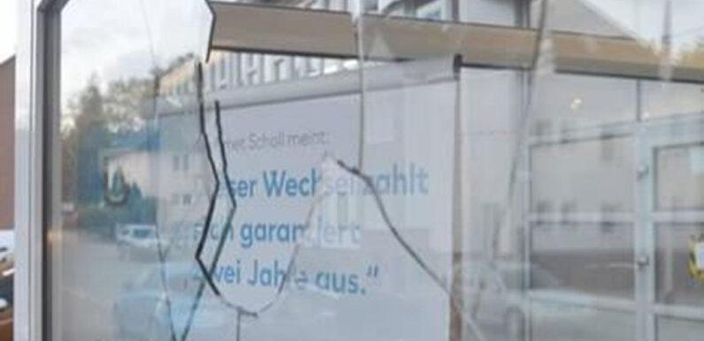 Bückeburg: Scheibe an Autohaus mit Hammer eingeschlagen