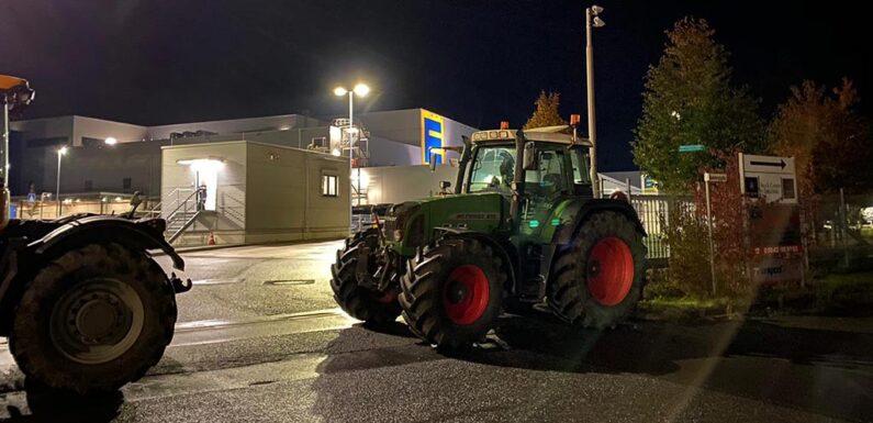 Lauenau: Landwirte protestieren gegen Billigpreise und blockieren EDEKA-Zufahrt