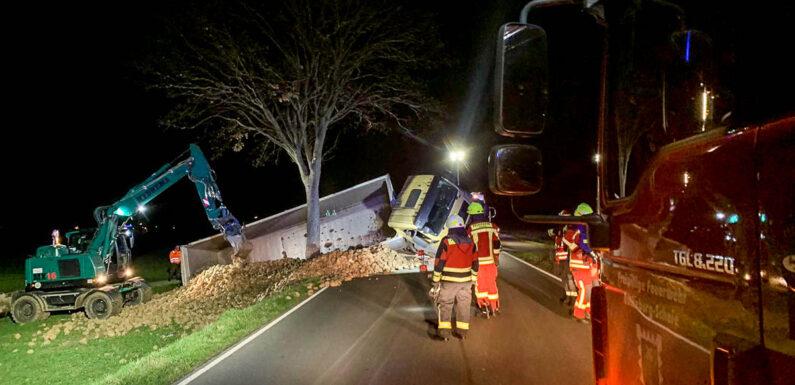 Bückeburg: LKW mit Rüben umgekippt