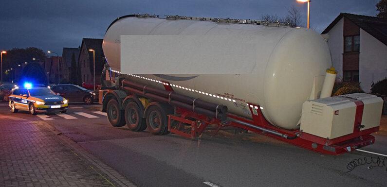 Stadthagen: 25-Tonnen-Auflieger löst sich von LKW und fällt auf Straße