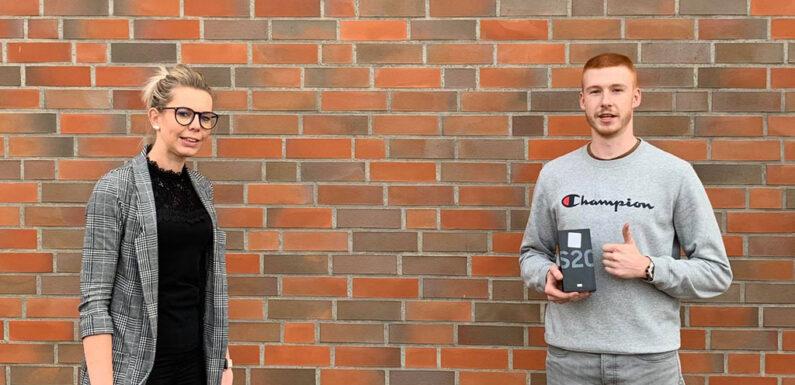 Drei Smartphones verlost: Erfolgreiche Berufsstarter-Beratung in der Volksbank in Schaumburg
