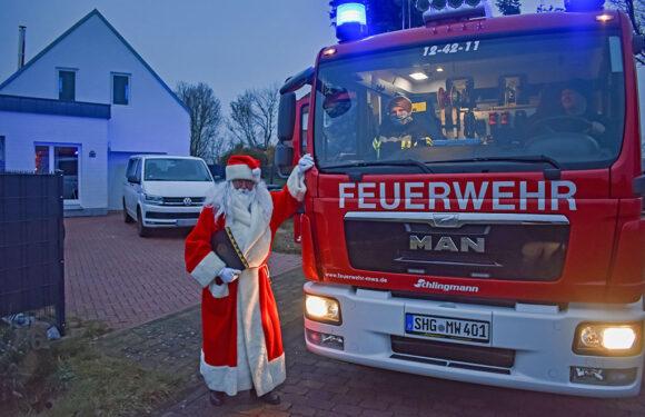Nikolaus kommt mit dem Feuerwehrauto