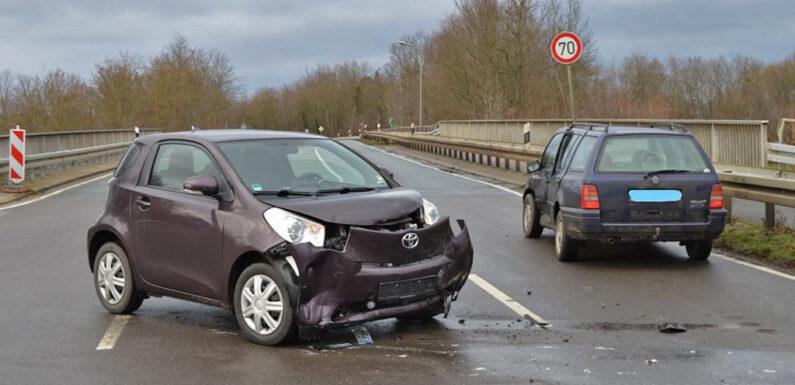 Beim Abbiegen Toyota übersehen: Autofahrerin leicht verletzt
