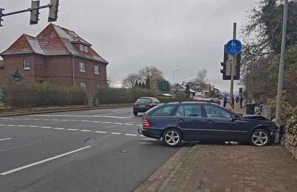 Gelldorf: Mercedes und Peugeot stoßen zusammen, Obernkirchener (21) leicht verletzt