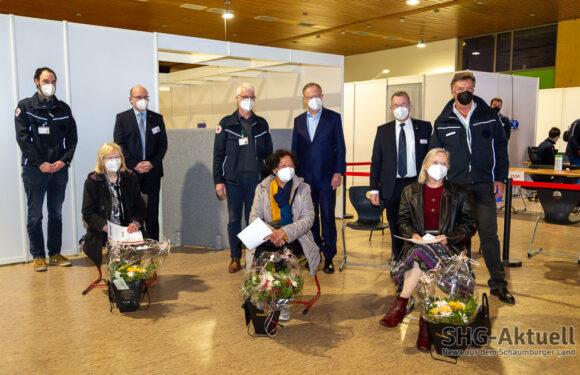 33.333. Impfung: Ministerpräsident Stephan Weil gratuliert im Schaumburger Impfzentrum