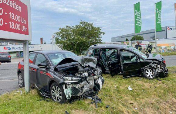 Unfall beim Abbiegen: Zwei Schwerverletzte