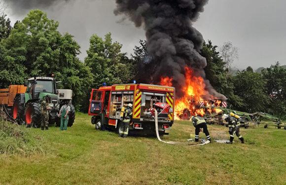 Heeßen: Traktor mit Gülleanhänger in Flammen
