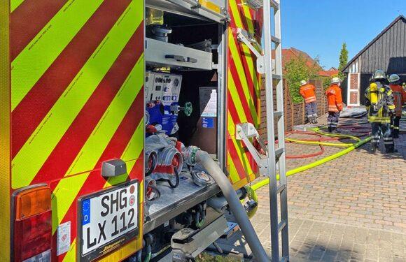 Feuerwehr löscht brennende Garage in Helpsen