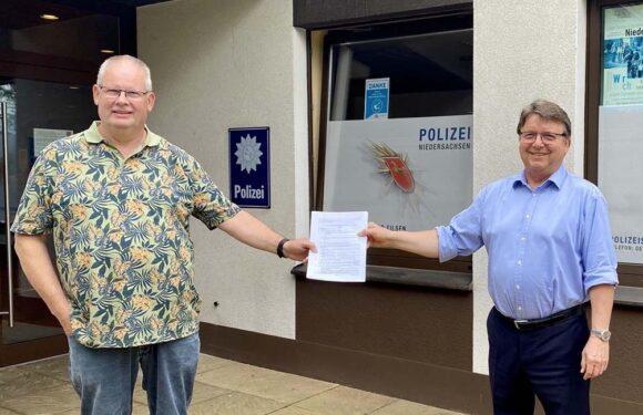 Eilsen: Samtgemeindebürgermeisterkandidat Hartmut Krause gibt Wahlunterlagen ab