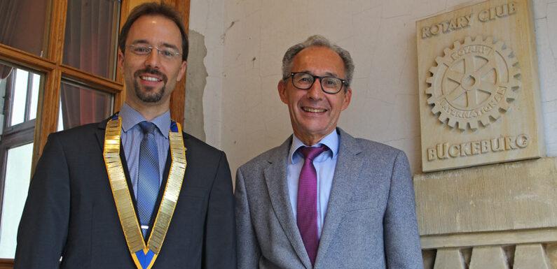 Start für ein neues, rotarisches Jahr: Gebhard Hitzemann gibt Staffelstab an neuen Präsidenten Cornelius Padberg weiter