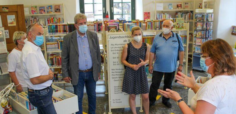 """""""Unverzichtbarer Baustein lebenslangen Lernens"""": CDU besucht Stadtbücherei Bückeburg"""