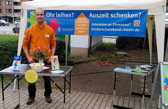 """Kinderschutzbund-Infostand über die """"Familienpaten"""" vor dem Penny-Markt in Rehren"""