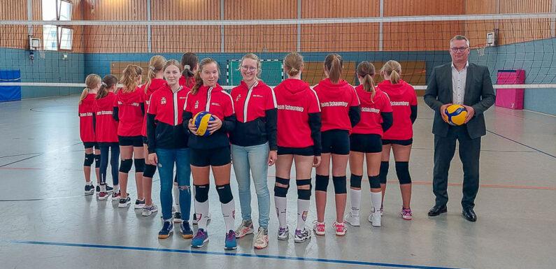 Volksbank in Schaumburg sponsert neue Sportjacken für Volleyball-Damen