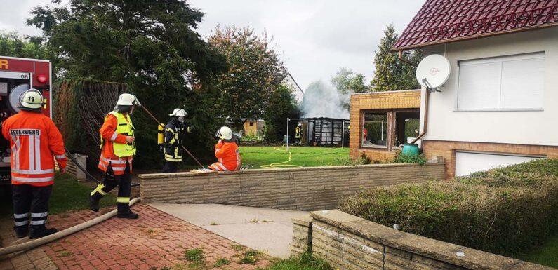 Seggebruch: Feuerwehr löscht brennendes Gartenhaus