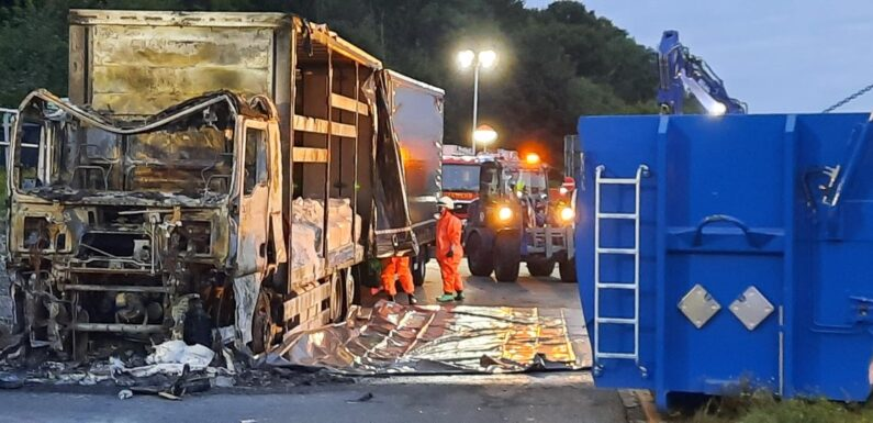 LKW-Brand auf A2: Feuerwehr muss Gefahrgut-Ladung bergen
