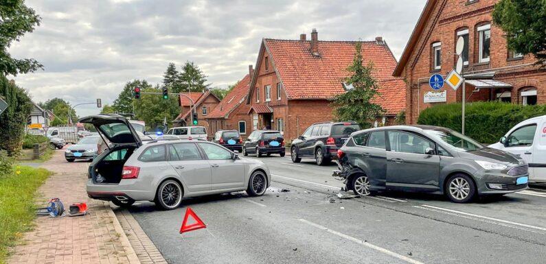 Unfall auf B65 in Nienstädt: Skoda prallt auf stehenden Ford