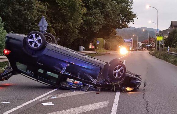 VW landet auf Dach: Fahrer laut Polizei durch Handy abgelenkt