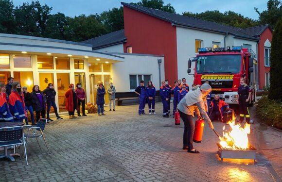 Nachwuchslöscher unterstützen bei Brandschutzunterweisung